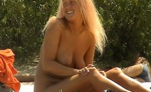 Bodacious blonde beauty greases up her body and relishes th